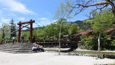 バスターミナルから近いため、河童橋を起点に上高地ウォーキングを楽しむ観光客も多い