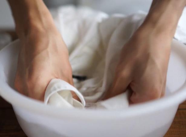 【写真を見る】台所洗剤でもキレイに黄ばみを落とせます