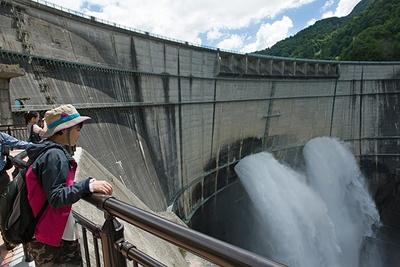 【写真を見る】ダム自体が迫ってくるような迫力の風景が広がる