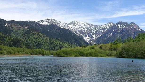 水没した際に立ち枯れとなった木々が湖面に点在している