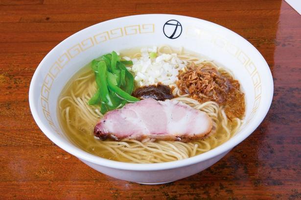 「ナルトもメンマもないけれど。」の「塩ラーメン」(780円)。クセがなく滋味深いスープは、食べ進めるごとに味が変わる