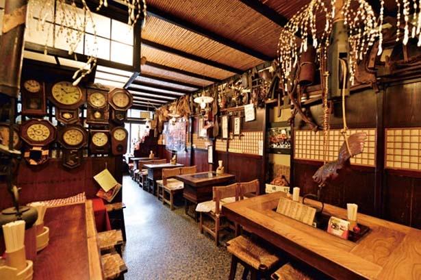 昔の農具やレトロな柱時計などが飾られる店内/但馬生蕎麦 ますや