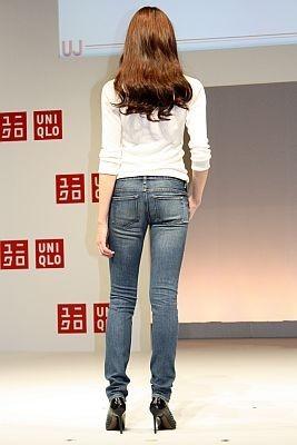 スキニーフィットテーパードジーンズ(3990円)のバックスタイル。お尻がキュッと持ち上がるように手間をかけて縫製