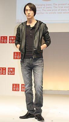 スキニーフィットデザインジーンズ(3990円)