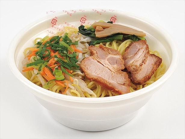 【写真を見る】じっくり炙ったチャーシューを乗せ、鶏ガラだしと香味野菜の旨みのあるスープが特徴の醤油ラーメン