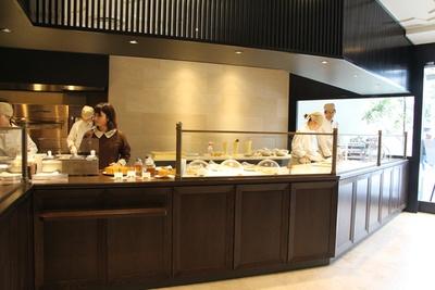 オープンキッチンのスタイルを取り入れた、1階の上野風月堂本店