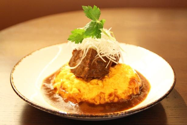 2階レストラン「KANAME」の看板メニュー「ビーフシチューオムライス」(ランチ2400円、ディナー1700円)。トロトロの卵と柔らかく煮込まれた牛肉が絶品
