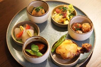 シェフのおすすめタパス6種類を盛り合わせた「6種類の洋食タパスプレート」(2800円)。ディナーのみ提供