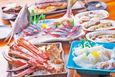 「焼きガニ」(1皿1800円~)や「カニ刺し」(時価)が食べられる/道の駅 舞鶴港 とれとれセンター