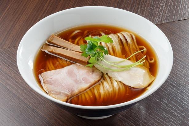 【写真を見る】愛知1位の味!ダシと生醤油が香る、醤油を極めた「醤油らぁ麺」(730円)
