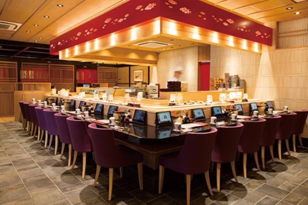 カウンターのほか、ゆったり座れるテーブル席も/金沢まいもん寿司 吹田グリーンプレイス店