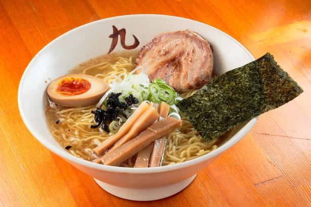 動物系と和ダシのダブルスープに塩ダレが引き立てる「中華そば 塩(竹)」(800円)