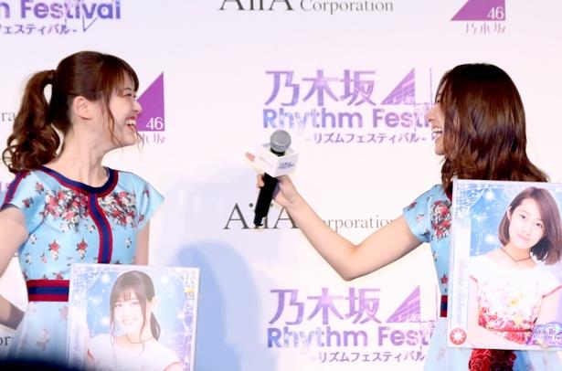 【写真を見る】松村沙友理が「本当にかわいい」と漏らし、桜井玲香が笑う