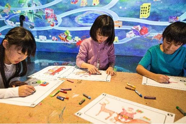子どもたちが描いた絵がクリスマスの街で動き出す