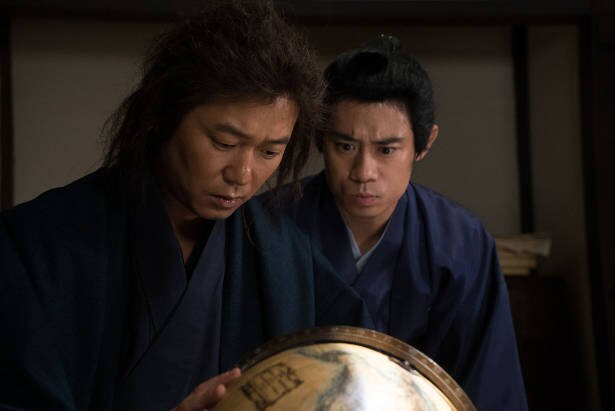 勝海舟の家で世界を知る龍馬(新井浩文)と岡本健三郎(伊藤淳史)