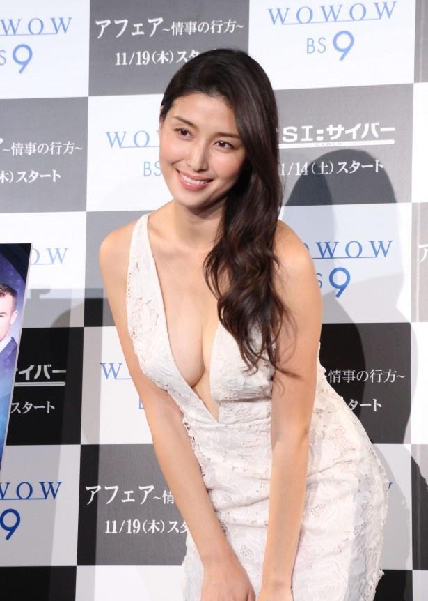 【写真】橋本マナミ、大胆ドレスで美バスト披露!