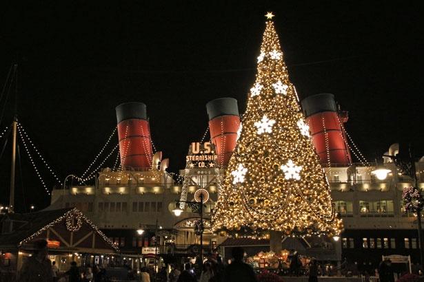 豪華客船S.S.コロンビア号とクリスマスツリーが光の競演!