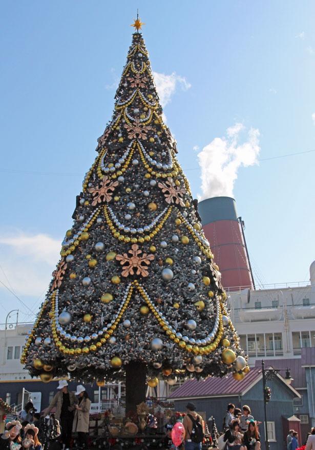 【写真を見る】おなじみの巨大クリスマスツリーが、今年は雪化粧でおめかし!