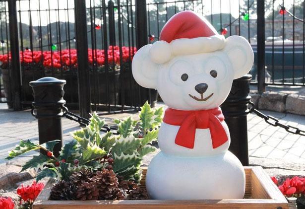 ダッフィー&フレンズのツリーの下には、サンタ帽をかぶった雪だるまダッフィーも