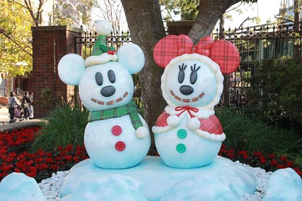 ショップ「マクダックス・デパートメントストア」近くに設置されている、ミッキーマウス&ミニーマウスの雪だるまも人気のフォトスポット
