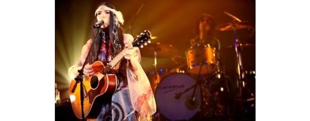 このライブでアンコールを含む全18曲を披露し、ホールツアー13公演で2万5000人を動員