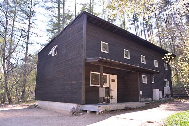 森の中に建つ黒い建物が目印。道が少しわかりづらいので「nagi」のブログで行き方を確認しておこう