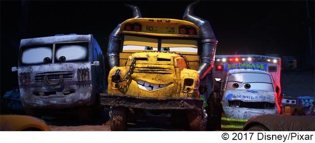 """【写真を見る】""""止まれ""""の標識を丸鋸に、過去の被害車たちのナンバープレートをぶら下げる""""ミス・フリッター""""。ピクサー・スタッフの中では最も人気!"""