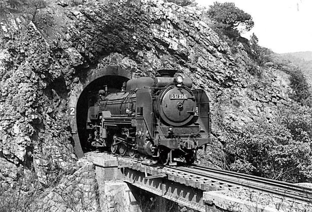 【写真を見る】1959年に撮影された、第2号トンネル・春日井口を通過するSL