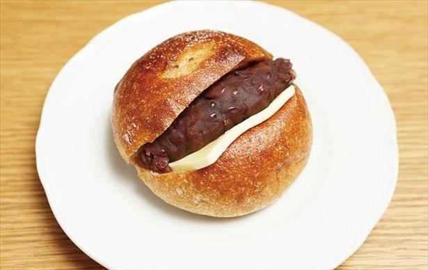 「GARDEN HOUSE CRAFTS」の十勝小豆と有塩バターの「全粒まるぱん」(280円)。十勝小豆のあんと有塩バターがベストマッチ
