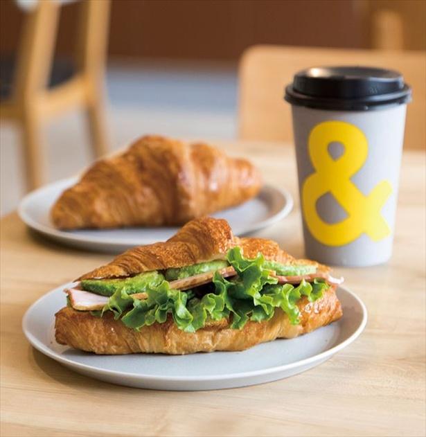 「ベーコンアボカドのクロワッサンサンド」は、コーヒーとセットで800円(単品497円)。クロワッサンはコーヒーとセットで540円(単品216円)