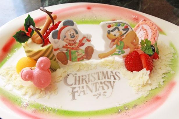 【写真を見る】ミッキーマウスがプルートに大好物をプレゼント!ミッキーシェイプのレーズンバターマカロンもキュート