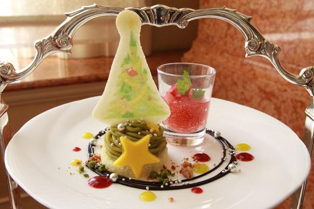 ツリーをイメージした「ピスタチオのモンブラン」(手前)と、華やかな甘酸っぱさの「ロゼシードルのゼリー」(奥)