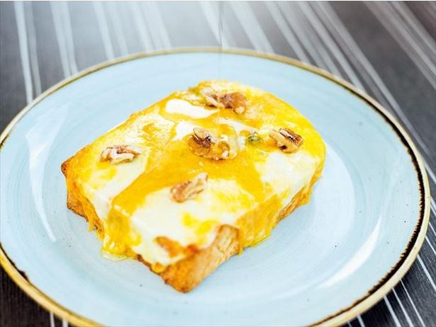 チーズを大胆に4種も重ねて焼く「4種チーズのトースト」(580円)はお好みでハチミツをかけて