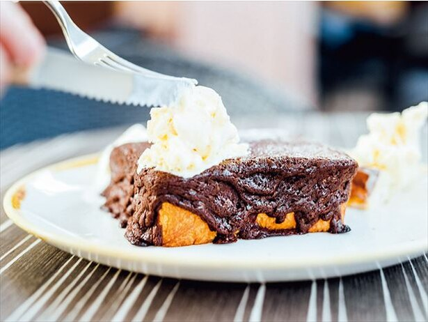 厚切り食パンをおおうチョコレートが圧巻の「フォンダンチョコレー トのトースト」(680円/14時〜)
