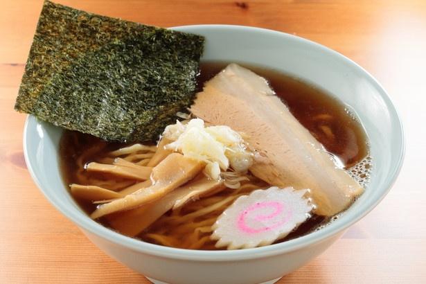 たっぷりの醤油ダレに清湯スープ、縮れ麺が絶妙!「佐野ラーメン」(670円)