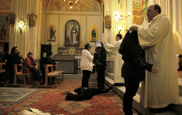神父による悪魔祓いの儀式にカメラが初めて潜入