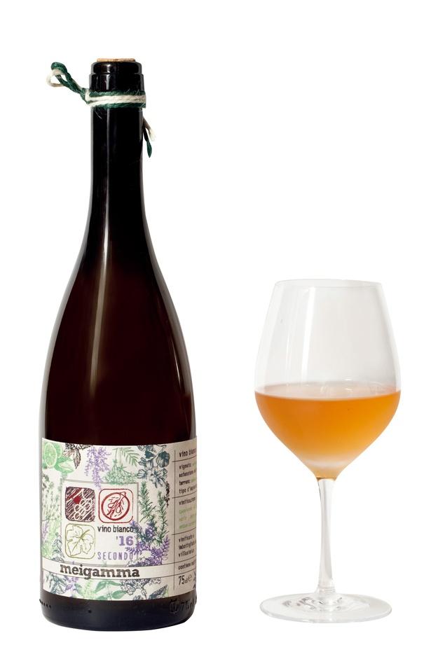 グラスワインは600円~。ビオワインを中心とした品ぞろえ/相模屋本店 角打ち