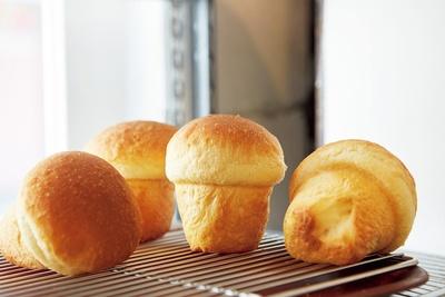 ミルクでこね上げた「牛乳パン」(200円)は、コロンとしたキノコ形。上下で異なるパン生地を使い、一つで2つのおいしさを楽しめる/TOLO PAN TOKYO