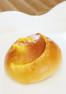人気の「クリームパン」(173円)は、ふわふわ生地にジャージー牛乳のカスタードがマッチ/BOULANGERIE LA TERRE