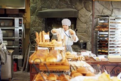 どのおかずとも相性よく組み合わせられる、ベーシックなパンも豊富。試食が各所に置かれ、味見してからチョイスできるのもうれしい/BOULANGERIE LA TERRE