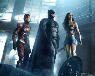 左からフラッシュ、バットマン、ワンダーウーマン。監督はDC作品でおなじみのザック・スナイダー、脚本は「アベンジャーズ」の監督で、マーベルにサヨナラしたジョス・ウェドンが担当