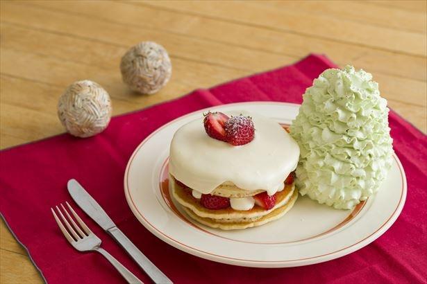 """【写真を見る】クリスマスケーキをイメージした「""""ハウハウ""""ストロベリーパンケーキ」(税抜1680円)"""