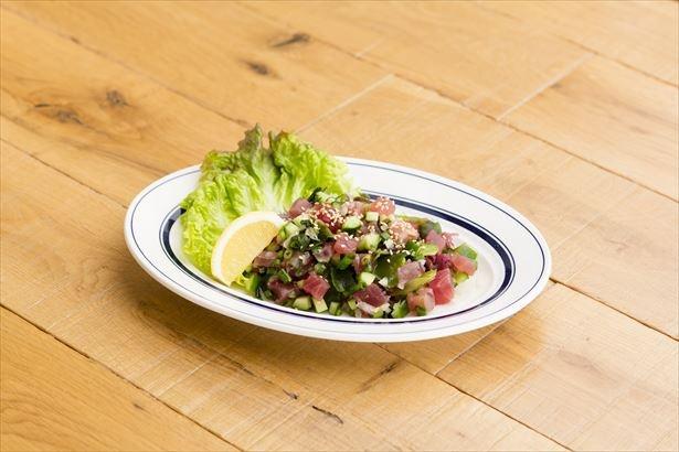 通常メニューで人気の「アヒポキ」(税抜750円)は、アヒと海藻、香味野菜を醤油ダレで混ぜたもの