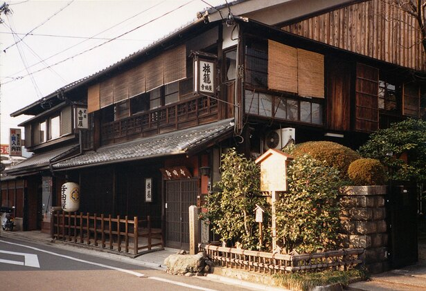 龍馬が拳銃を撃ち、おりょうがおっぱいを丸出しにした京都伏見の寺田屋