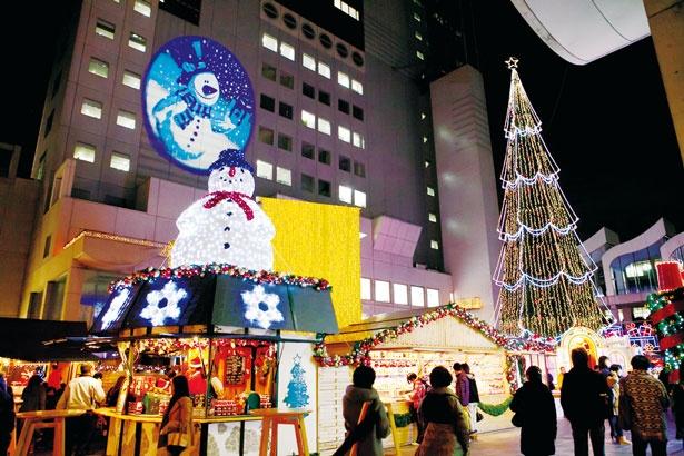 シンボルの巨大ツリーは、高さ27mと圧倒的な存在感/ドイツ・クリスマスマーケット大阪2017