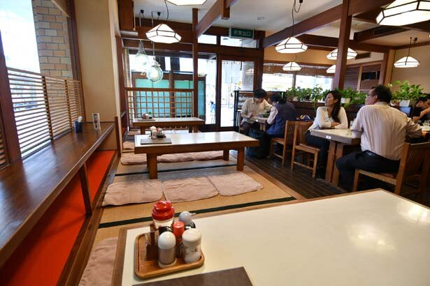 テーブル席と小上がりのある店内/お食事処 梅渓