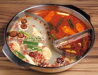 漢方薬材と豚骨を炊いた白スープ&辛みの効いた赤スープが絶妙な「22:02 火鍋。樂活」の火鍋