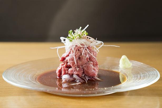 【写真を見る】牛わさ(972円)。茹でた直後の温かい状態で、生わさびとポン酢をつけて食べる