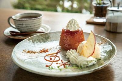 「焼きリンゴのタルトタタンセット」(1030円)/金の百合亭