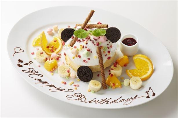焦がしマシュマロやカラフルなトッピングを好きなだけチョイスして楽しめる「カスタマイズパーティーパンケーキ」(トッピング10種 税抜1980円)